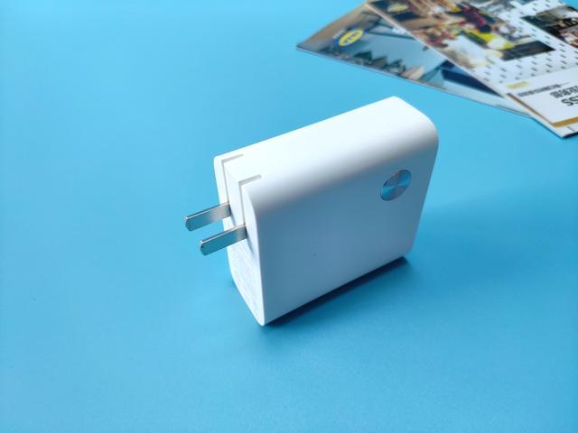 小米二合一移动电源,即是移动电源也是充电器,实属出行必备良